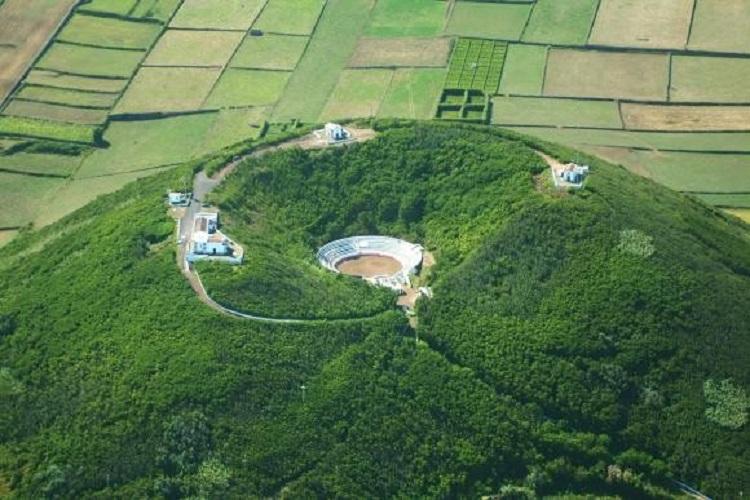 Uma praça de toiros na cratera de um vulcão em Santa Cruz da Graciosa